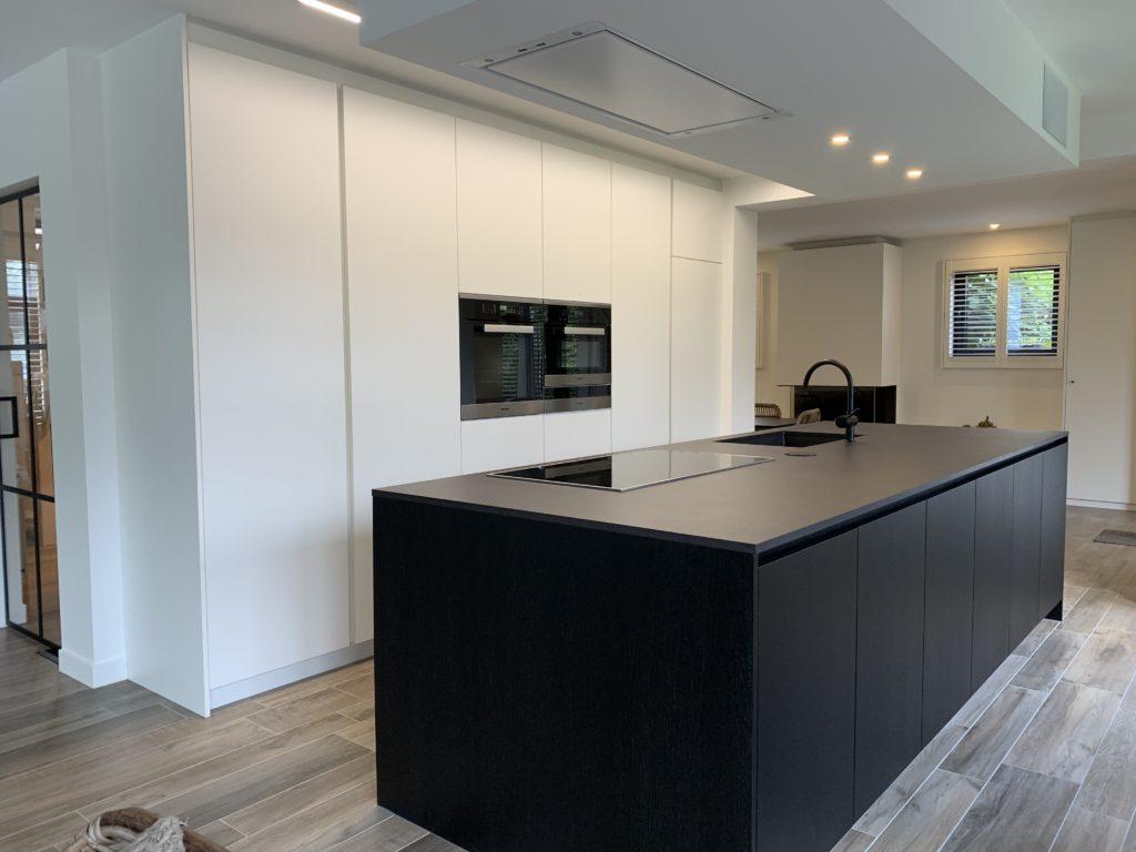 Moderne keuken wit en zwart